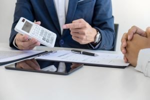 insurance advisor points to calculator showing number from workers compensation experience modification rate